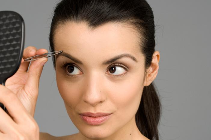 tweezing-eyebrows