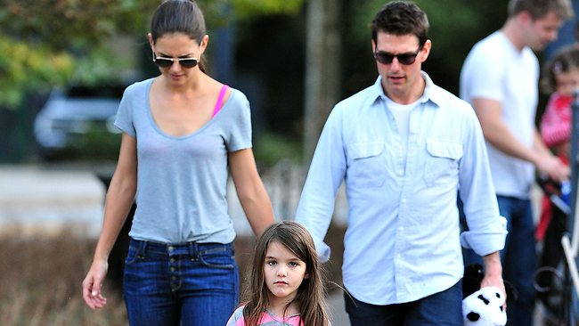 807626-katie-holmes-suri-cruise-and-tom-cruise